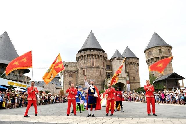86 nghệ sĩ châu Âu trình diễn lễ hội Carnival tại phố đi bộ Hồ Gươm