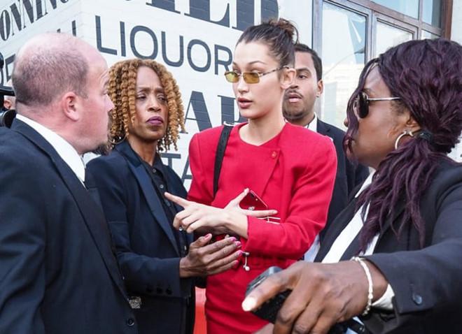 Bella Hadid mắng vệ sĩ của mình để bảo vệ một nữ phóng viên