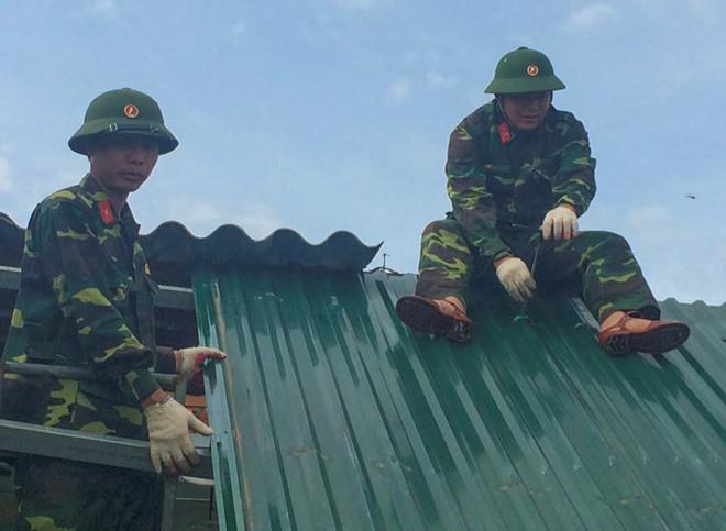 Gần 400 chiến sĩ Sư đoàn 324 từ Nghệ An vào Hà Tĩnh giúp dân sau bão