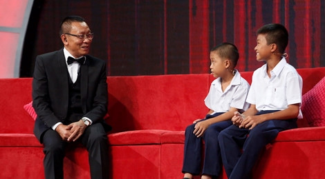 Hai anh em nhà nghèo được MC Lại Văn Sâm tặng 2 tháng lương hưu