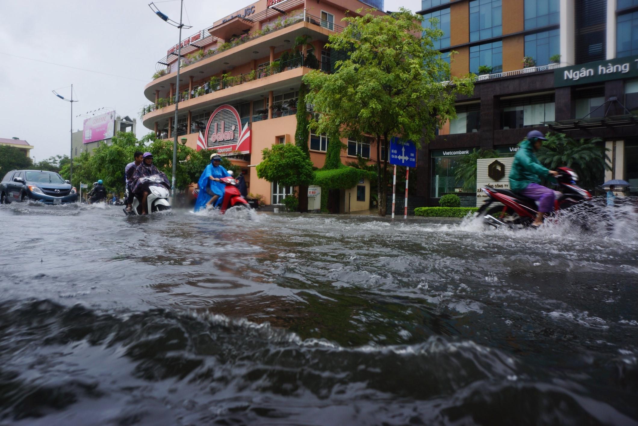 Nhiều tuyến phố ở Thanh Hóa thành sông sau mưa lớn