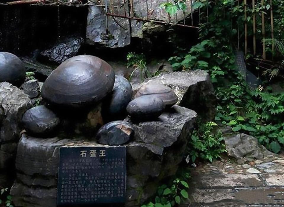 """Kỳ lạ vách đá """"đẻ trứng"""" suốt bao năm qua ở Trung Quốc"""