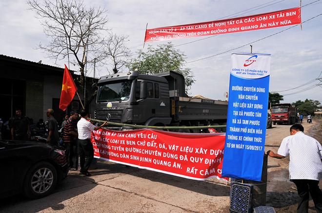Dân đặt chướng ngại vật chặn xe chở đá vào đường dân sinh
