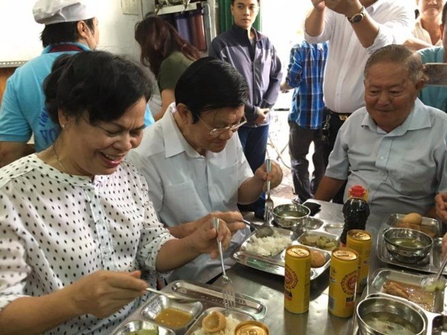 Vợ chồng ông Tư Sang ăn cơm 2.000 đồng cùng người nghèo