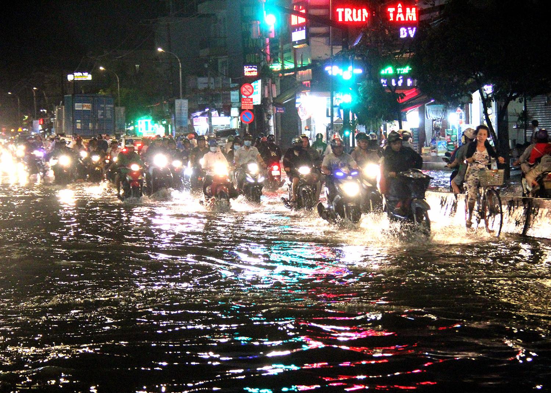 Người Sài Gòn lội bì bõm về nhà sau trận mưa lớn từ chiều đến tối