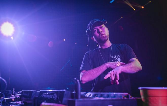 "DJ Grandtheft biểu diễn trong ""Roadtrip to 1900"" số 17"
