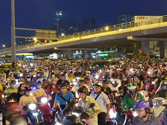 Hàng nghìn xe máy, ôtô kẹt cứng tại ngã tư Hàng Xanh ở Sài Gòn