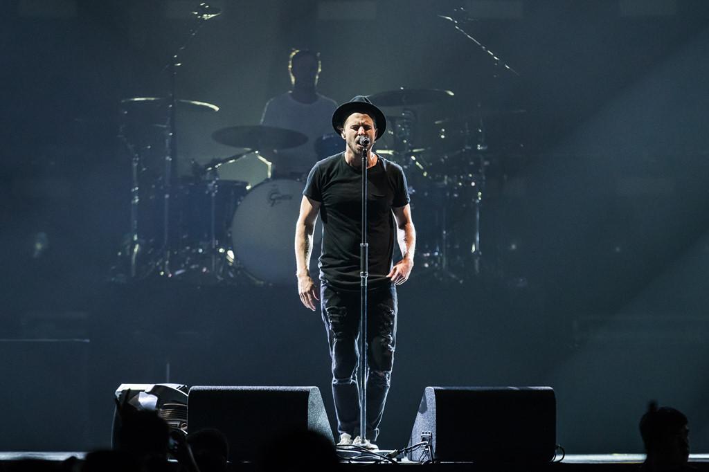 """OneRepublic gây xúc động khi lần đầu biểu diễn """"Apologize"""" ở Bangkok"""