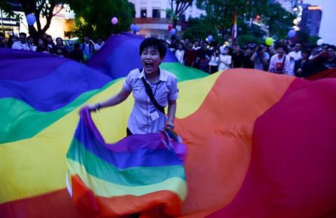 Bạn trẻ tung cờ cầu vồng LGBT trên phố đi bộ Nguyễn Huệ
