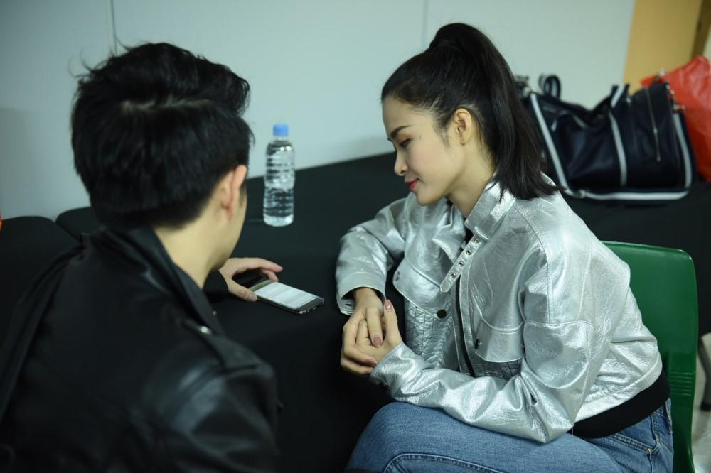 Bị bệnh, Đông Nhi vẫn tích cực tập luyện cho Asia Song Festival 2017
