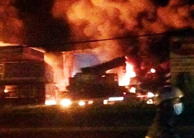 Nhiều người bỏ chạy khi lửa ở cây xăng bốc cháy dữ dội