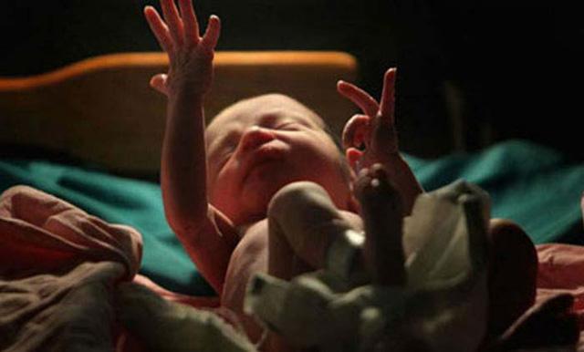 Thần kỳ bé sơ sinh sống lại chỉ vài phút trước khi chôn cất