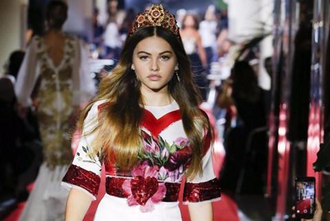 """""""Cô gái xinh đẹp nhất thế giới"""" gây chú ý trên sàn diễn Milan"""