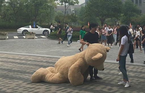 Đi xế xịn vác gấu ngàn đô đi tỏ tình, cô gái chỉ... xin con gấu