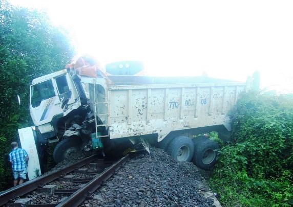 Tàu lửa tông xe tải, đường sắt tê liệt gần 4 tiếng