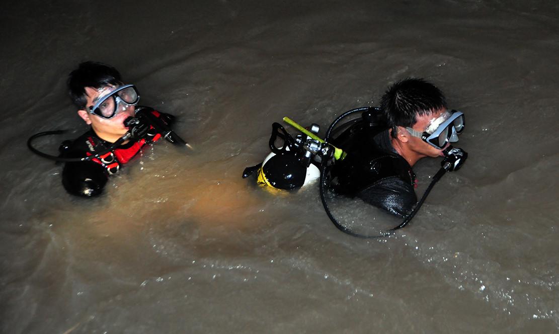 Cảnh sát dầm mình dưới suối lạnh tìm người bị nước cuốn trong đêm