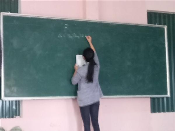 """""""Thanh niên cứng"""" nhất năm: Cô giáo bảo """"Giỏi thì lên dạy hộ"""", ai ngờ đứng dạy cả tiết thay cô"""