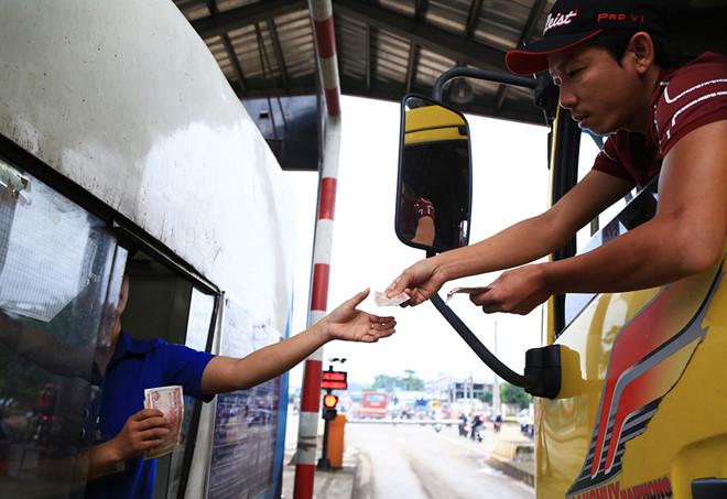 Tài xế lại dùng tiền lẻ mua vé qua trạm BOT tuyến tránh Biên Hòa