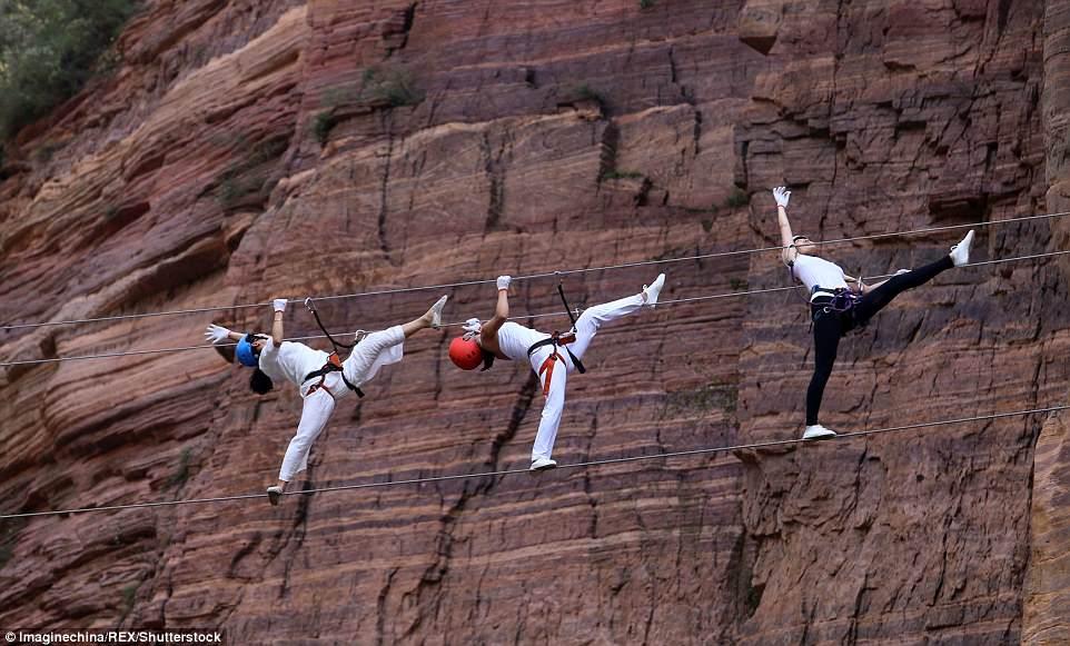 Màn trình diễn yoga tập thể cực liều và cực đẹp trên vách núi