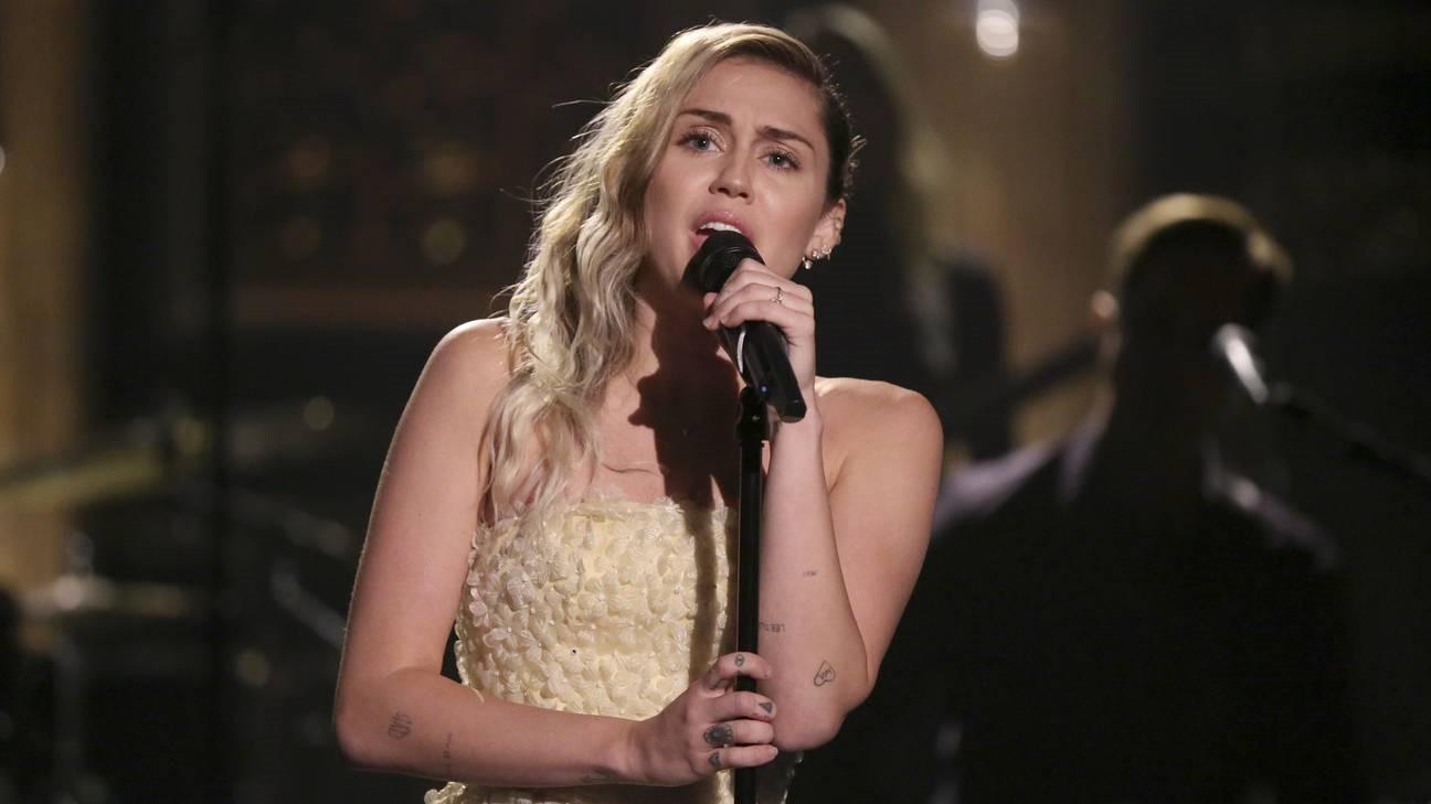 """Miley Cyrus hát """"The Climb"""" tưởng nhớ nạn nhân vụ xả súng"""