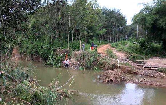 Lũ cuốn trôi 6 cây cầu, học sinh ngồi lồng sắt qua sông