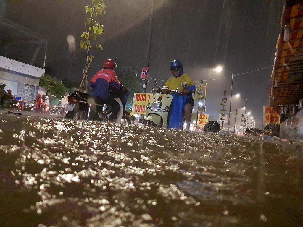 Mưa lớn, ngập nặng trong đêm Trung thu ở Sài Gòn