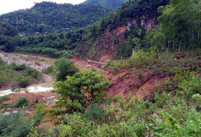 Mưa cuốn trôi 200 m đường ở huyện biên giới, người dân bị cô lập
