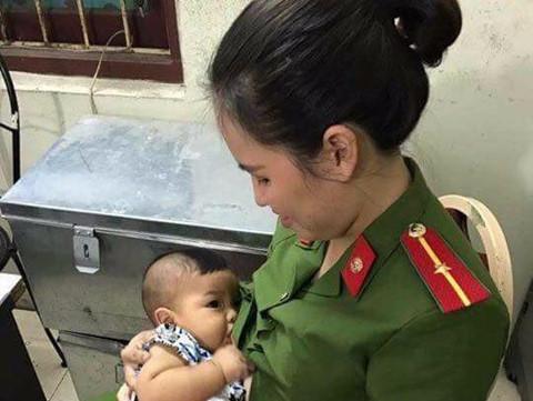 Thiếu úy công an cho bé trai bị bỏ rơi bú, đưa về nhà chăm sóc