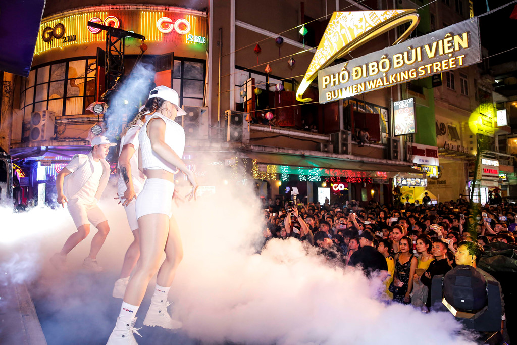 Dàn sao Việt gây tắc nghẽn khi biểu diễn tại phố đi bộ Bùi Viện