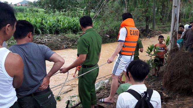 Hai người ở Nghệ An bị nước cuốn trôi