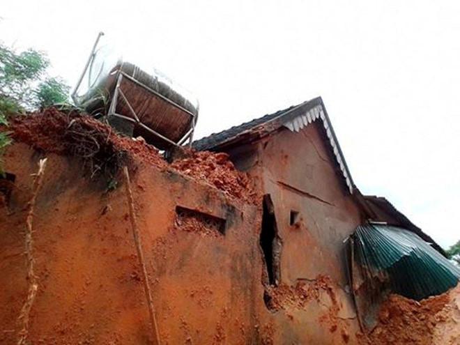 Hai nhà dân bị sập, hơn 100 người sơ tán khẩn cấp do lở đất