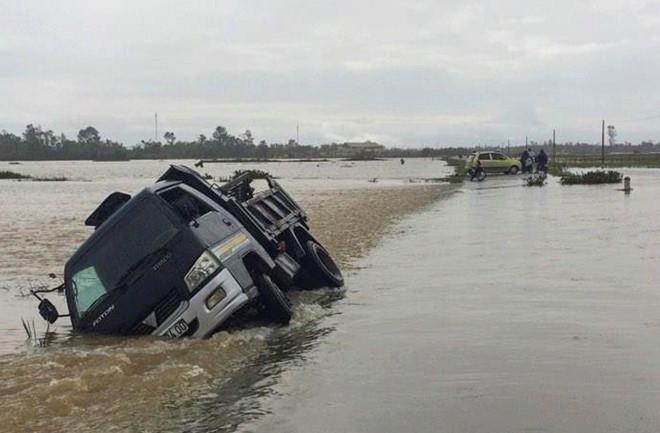 Mưa lớn làm nhiều vùng ở Hà Tĩnh cô lập, xe tải bị cuốn trôi