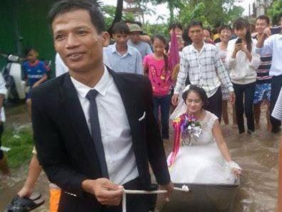 Chú rể ở Nam Định kéo thuyền đón dâu trên đường