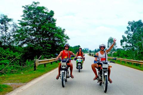 """Khách Tây rỉ tai nhau mẹo """"sống sót"""" khi đi xe máy ở Việt Nam"""