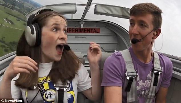 Phi công 9X bất ngờ cầu hôn bạn gái khi đang lái máy bay