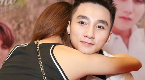 Sơn Tùng M-TP được fan nữ ôm nồng nhiệt tại buổi ký tặng