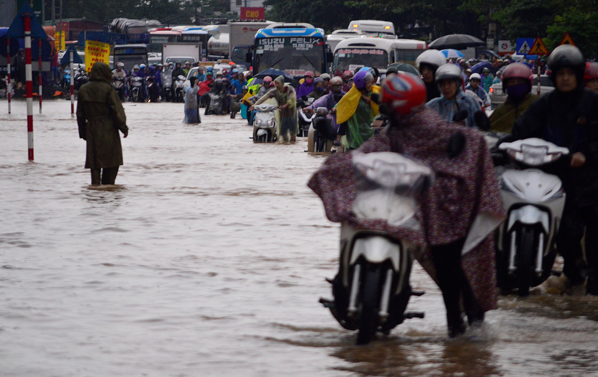 Dòng xe ùn tắc 2 km trong cảnh ngập lụt