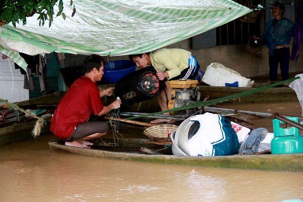 Nước lũ tràn đê, hàng trăm hộ dân di dời khẩn cấp trong đêm