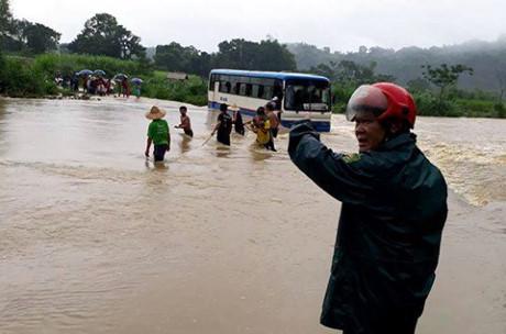 Xe khách chết máy giữa dòng nước lũ, 47 học sinh được người dân dùng dây thừng đưa vào bờ