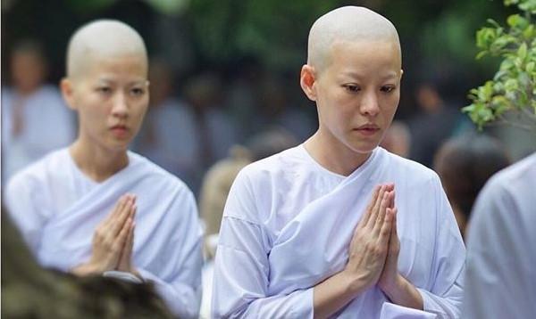 Ca sĩ, diễn viên Thái Lan xuống tóc tu hành để tưởng nhớ nhà vua