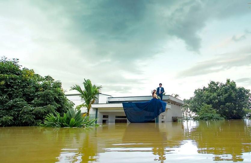 Chú rể Ninh Bình leo lên nóc nhà chụp ảnh cưới ngập trong nước lũ