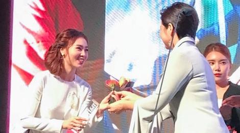 Ninh Dương Lan Ngọc nhận giải thưởng tại LHP Busan