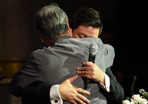 Đăng Dương rơi nước mắt ôm thầy Quang Thọ trong live concert đầu tiên