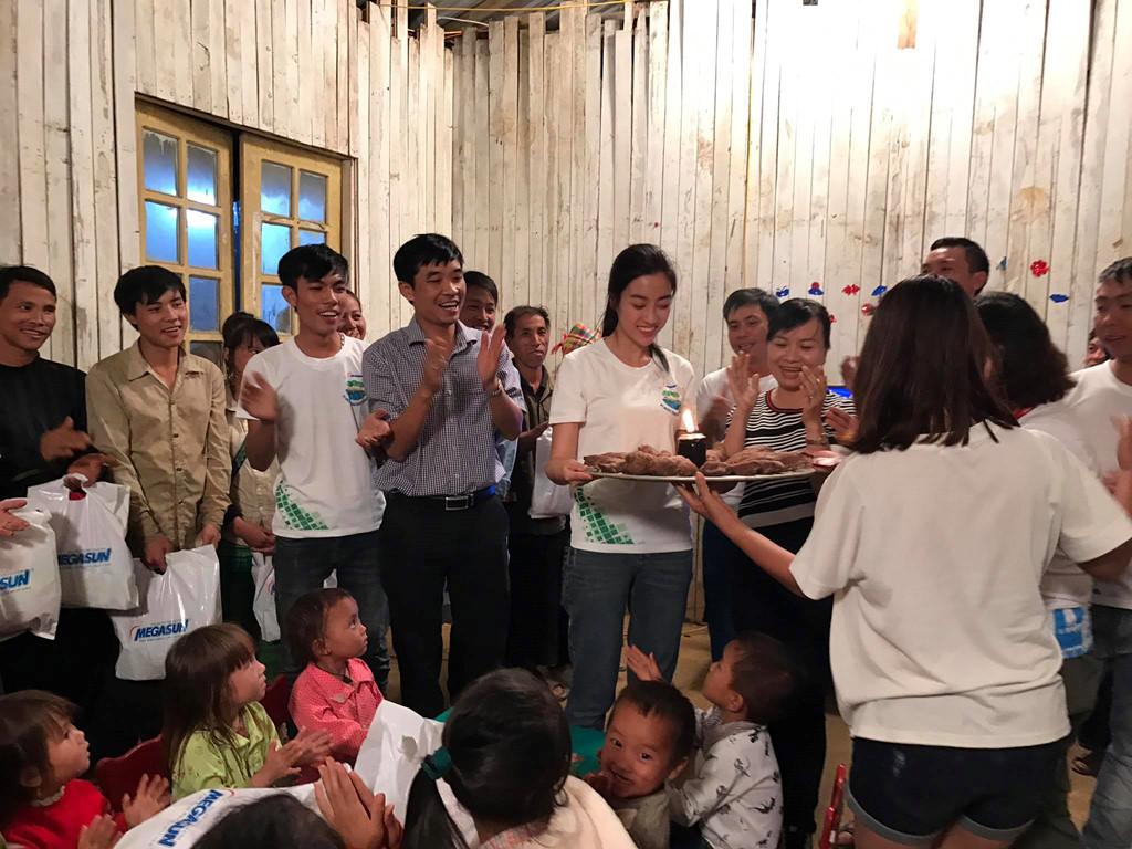 Hoa hậu Mỹ Linh đón sinh nhật bên bà con vùng lũ Yên Bái