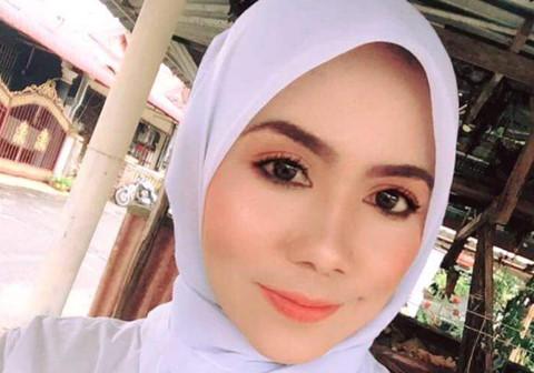 Nữ giáo viên xinh đẹp được khen ngợi vì cõng học sinh qua nước lũ