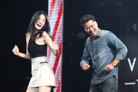 Phillip Nguyễn nhảy múa trong sinh nhật Vũ Cát Tường