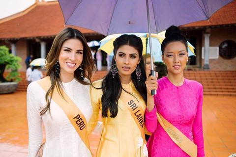Người đẹp Hoa hậu Hòa bình tham gia hoạt động giữa trời mưa