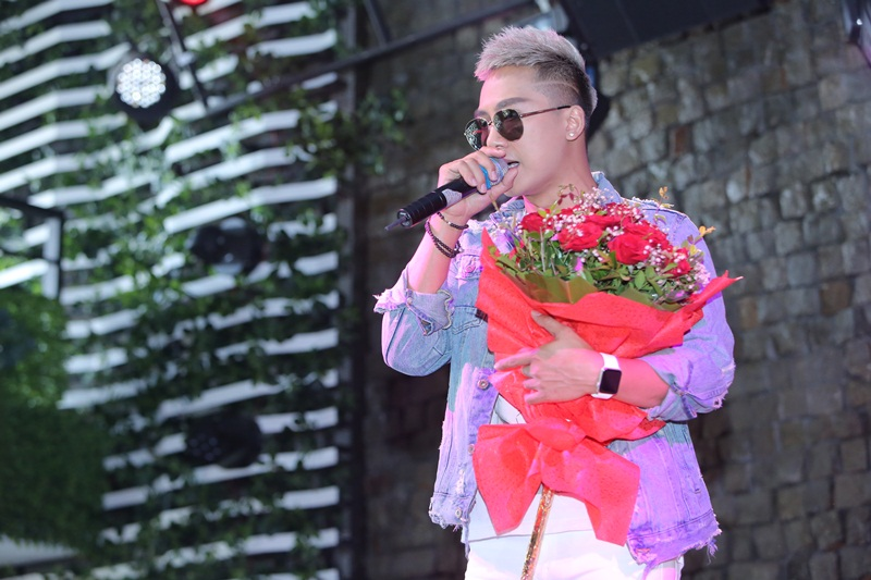 Châu Khải Phong bay ra Hà Nội để họp fans