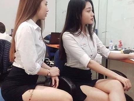 Hai cô gái gây tranh cãi khi diện váy ngắn, lộ hình xăm nơi làm việc