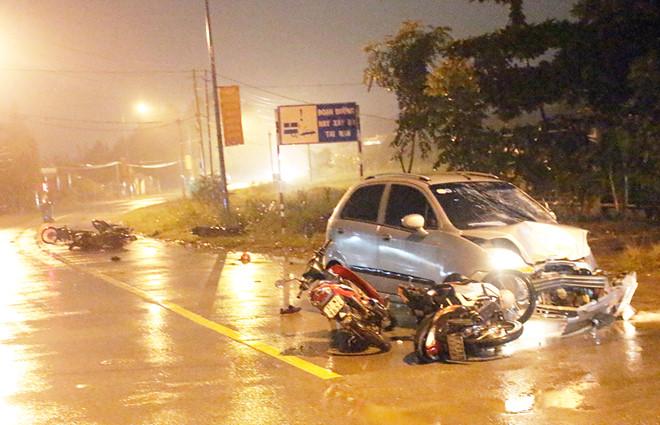 Ô tô con tông liên hoàn 6 xe máy, 5 công nhân bị thương
